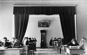 Читальна зала бібліотеки (30-ті роки)