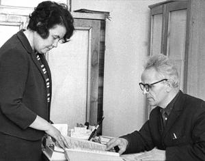 Кучма М.Ф., директор бібліотеки Волкова В.П., заступник директора бібліотеки (1970 рік)